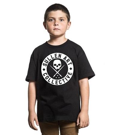 badge kids Kinder Shirt Sullen Shop Schweiz – Artikel der Marken Sullen Clothing, Yakuza & vieles mehr: Piercingschmuck, Tattoo, Skull, Steetwear,